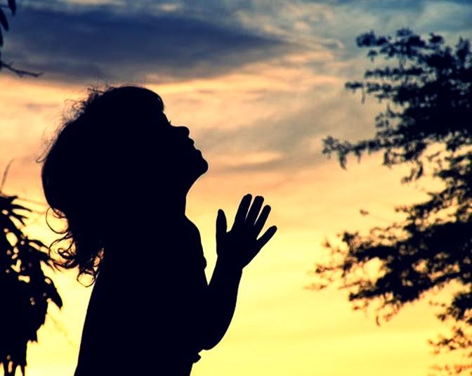 A menininha olhando para o céu...